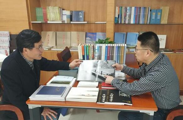市城建档案馆向市职业技术学院图书馆捐赠编研成果